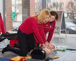 Swoje umiejętności z udzielania pierwszej pomocy sprawdziła m.in. Sylwia Jaskulska. Na zdjęciu z Agnieszką Cieślą