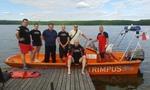 Wspólne zdjęcie ratowników z wójtem gminy Jedwabno Sławomirem Ambroziakiem