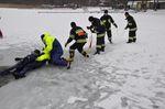 Strażacy uczyli m.in. bezpiecznego podejmowania poszkodowanego
